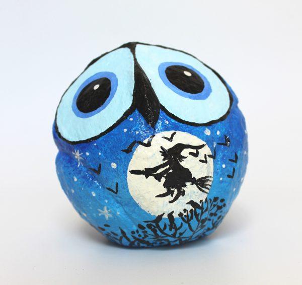 ינשוף לילה עגול, כחול עם ירח מלא ומכשפה