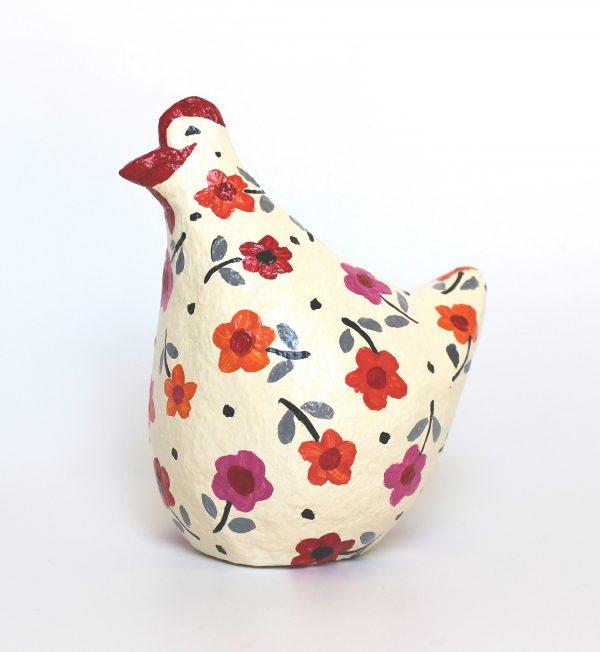 תרנגולת לבנה עם פרחים צבעוניים