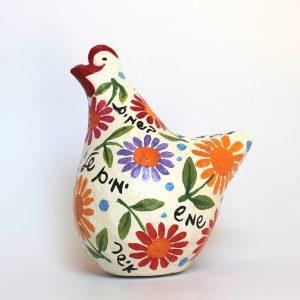 תרנגולת ברכות לבנה עם פרחים צבעוניים וברכות בעברית