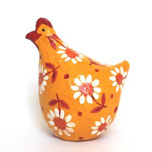 תרנגולת צהובה עם פרחים לבנים וכתומים