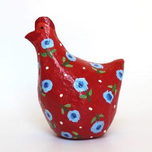 תרנגולת אדומה עם פרחים כחולים קטנים